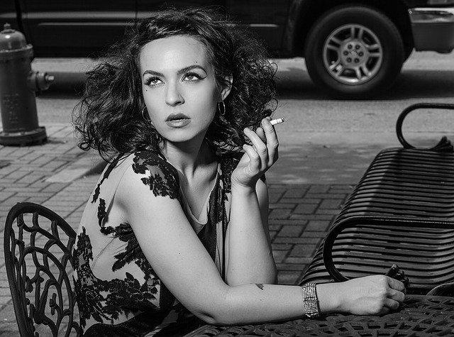 žena a cigareta