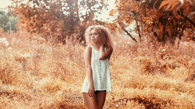 dívka v krátkých šatech.jpg
