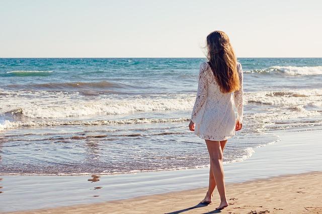 dívka na pláži.jpg