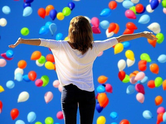 žena před balonky