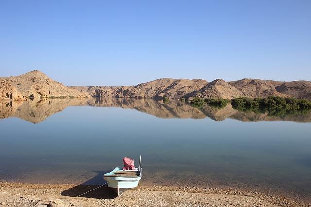 člun u jezera